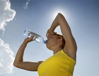 Hidratarse y protegerse del sol para disfrutar del verano en forma saludable