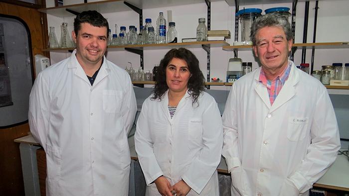 Agustín Martínez (izq.), Laura Borreli, y Carlos Robles, de INTA Bariloche.